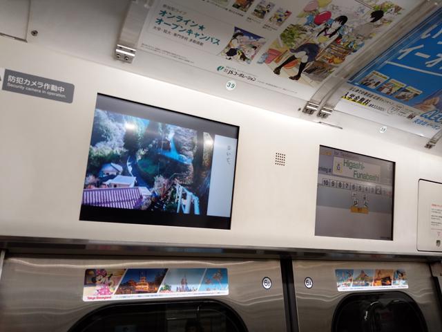 乗客の気持ちに寄り添う、電車内のデジタルサイネージとは