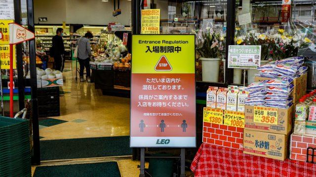 AIで買い物客と従業員の命を守る「断密サイネージ」